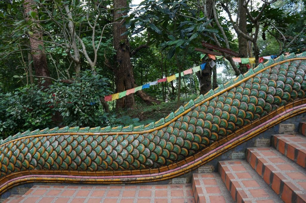 Naga Treppe hinauf zum Tempel