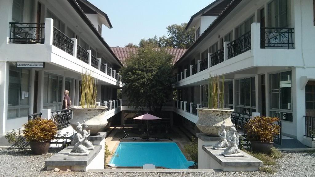 Sören vor der Rezeption unserer letzten Wohnung im Umongthong Inn
