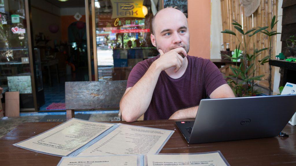 Sören mit Laptop im Peak Cafe