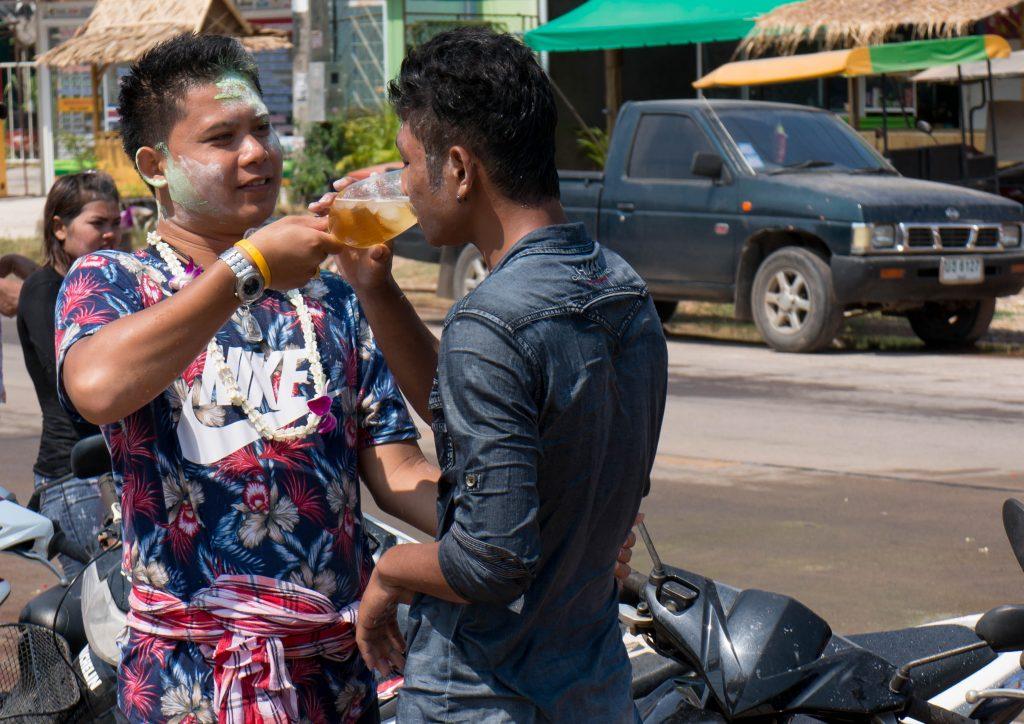 Zwei Männer mit Puder im Gesicht, die Songkran auf Koh Lanta feiern