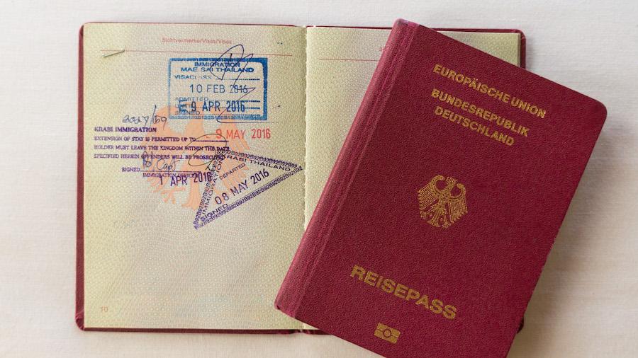 Unsere Reisepässe mit Stempeln der Visa-Verlängerung in Krabi