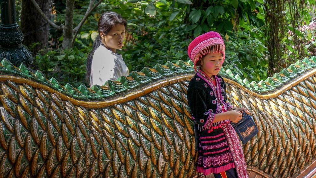 Mädchen am Doi Suthep Tempel mit Aufpasserin