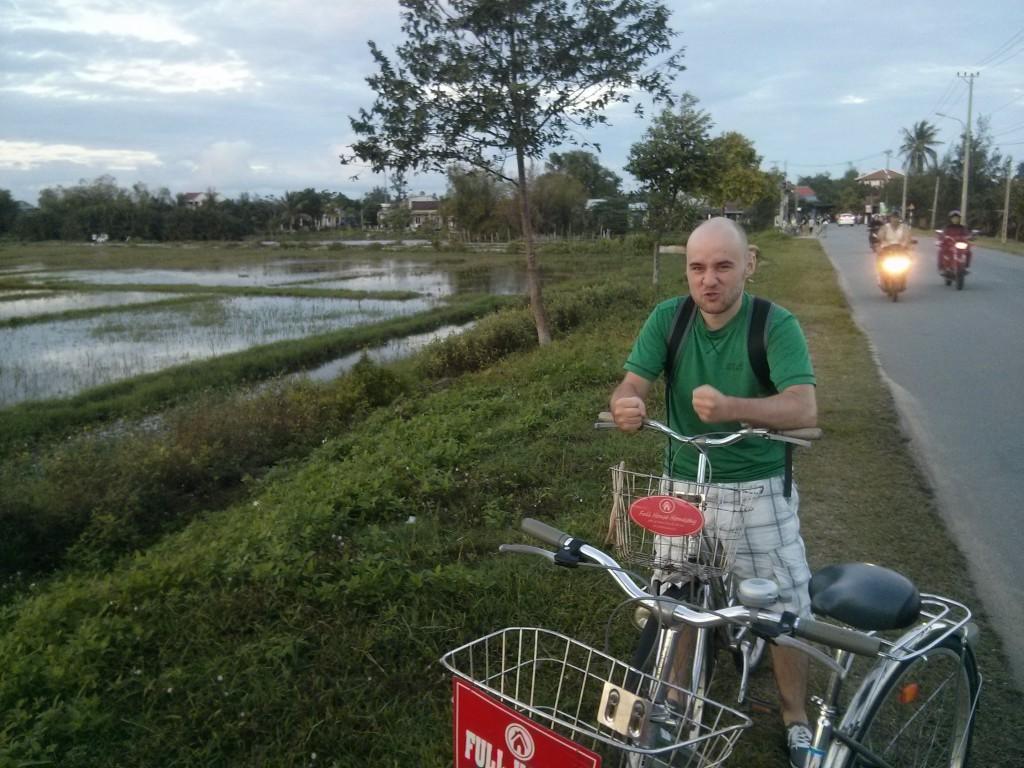 Sören zieht Grimassen neben vietnamesischen Reisfeldern
