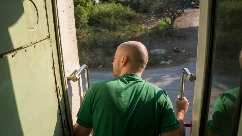 Sören im Zug von Thonburi nach Nam Thok