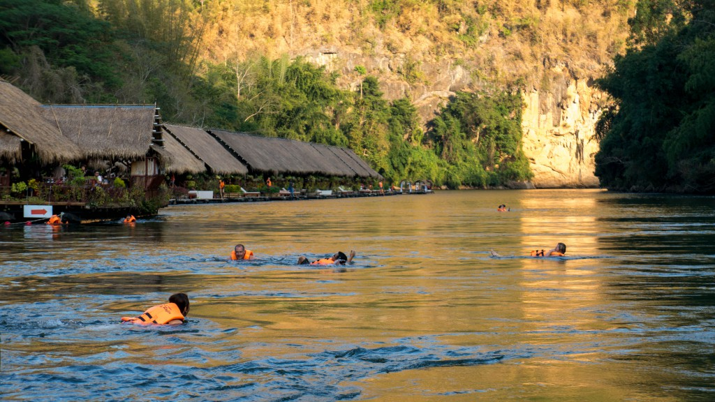Das River Kwai Jungle Rafts Hotel bei Sonnenuntergang