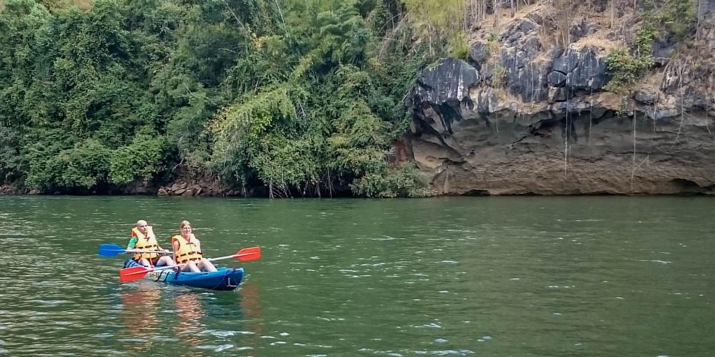 Wir Beide beim Kanu-Fahren auf dem Kwai River (1.000 Baht pro Kanu)