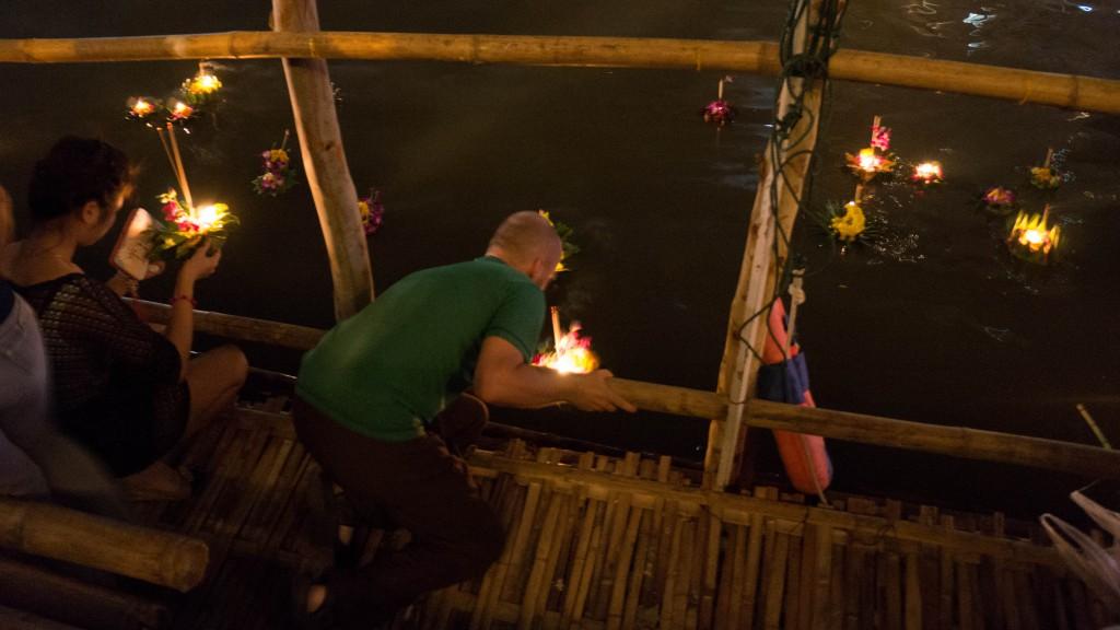 Sören setzt unser Krathong in den Ping River