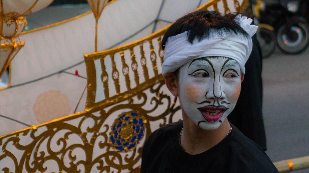 Maskierter junger Mann bei der Parade