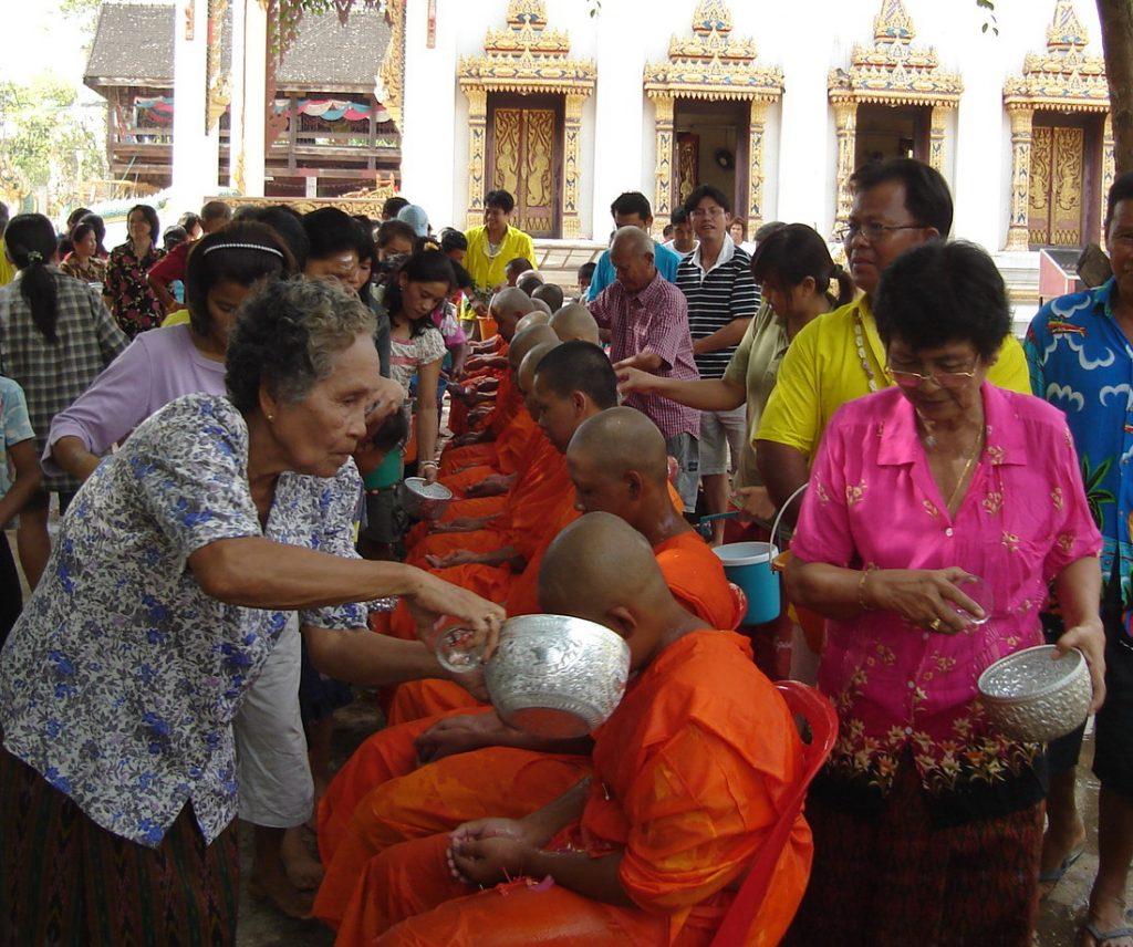 Mönche werden während Songkran mit Wasser begossen.