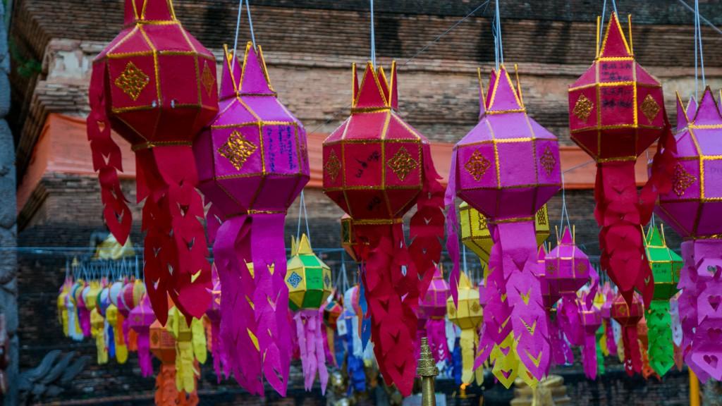 Bunte Laternen im Wat Lok Molee in Chiang Mai