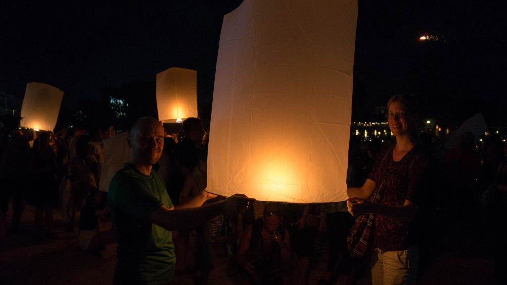 Wir mit unserer Himmelslaterne an Loy Krathong in Chiang Mai