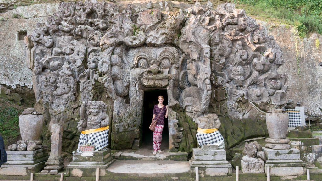 Lena vor der Elefantenhöhle Goa Gajah bei Ubud
