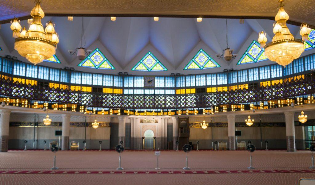 Die große Gebetshalle der Masjid Negara darf nur von Muslimen betreten werden.