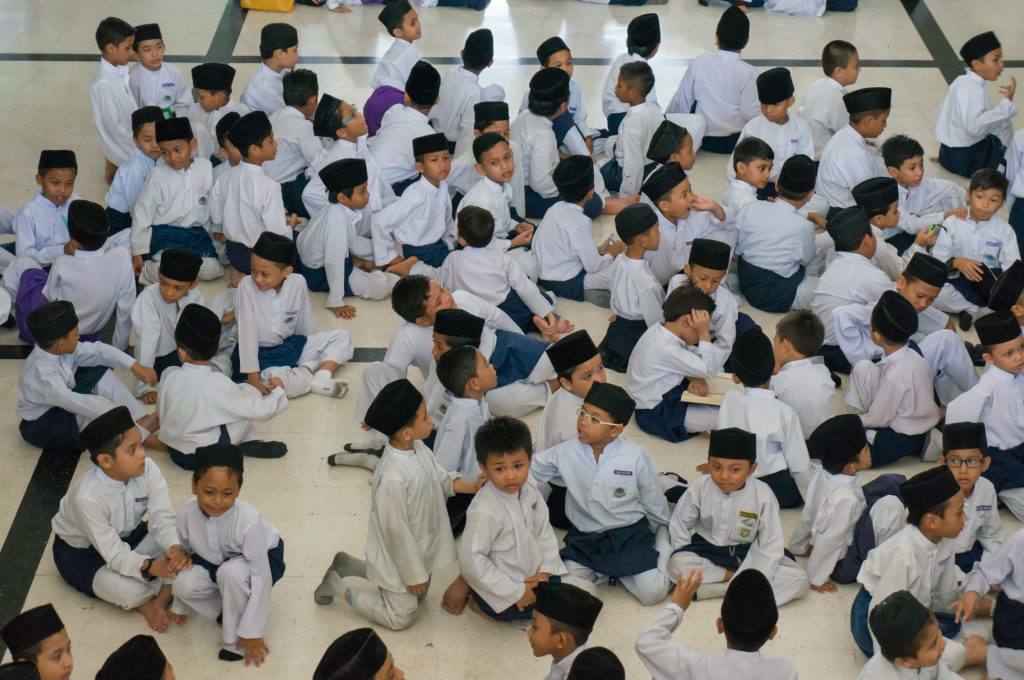 Kinder in traditioneller Kleidung in der Masjid Negara