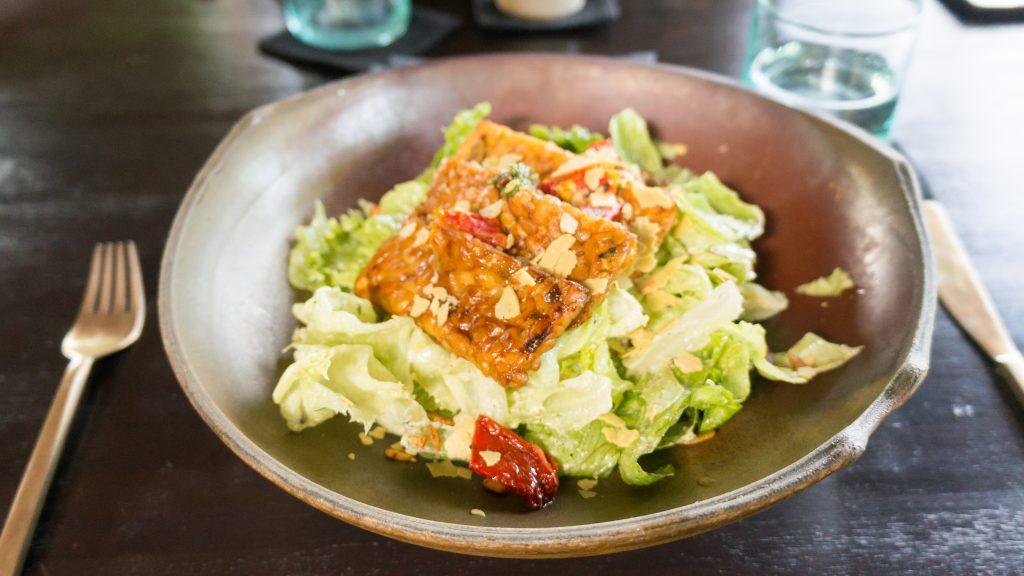 Salat mit Tempeh im Moksa in Ubud