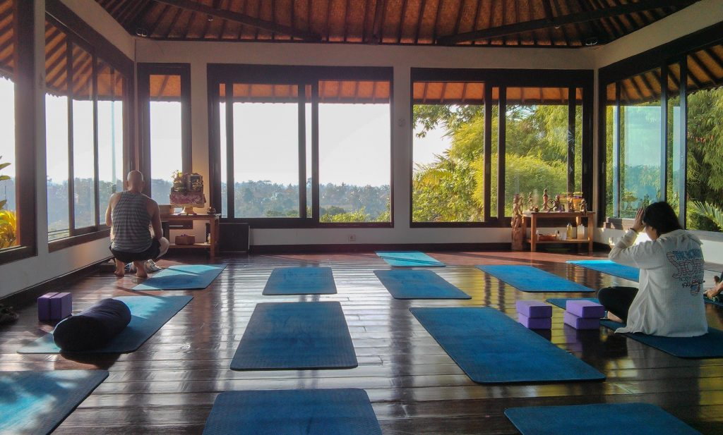 Yoga im Intuitive Flow Studio in Ubud: 8 Euro pro Kurs