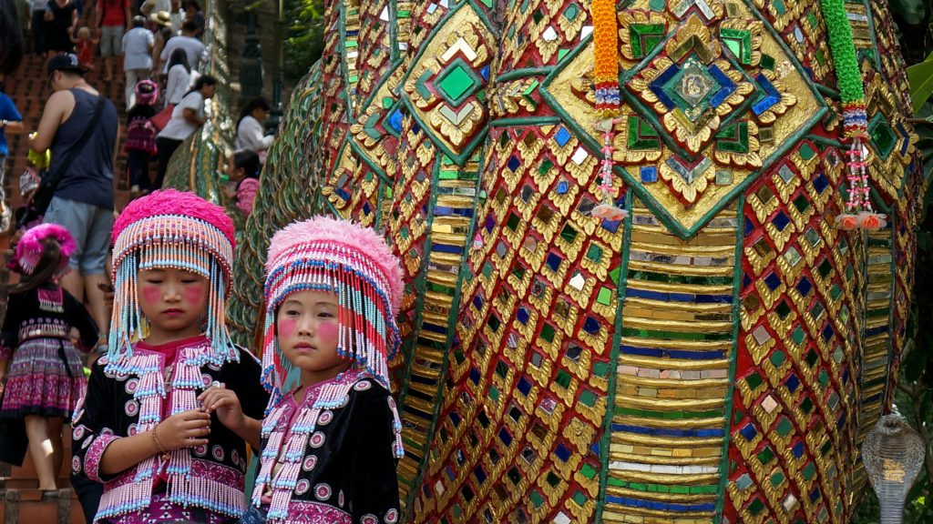 Kinder in traditioneller Bergvolkleidung am Doi Suthep in Chiang Mai, Thailand