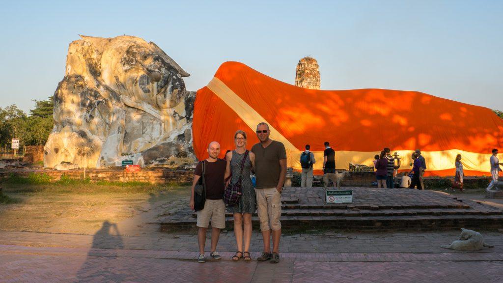 Wir Beide mit meinem Vater vor dem liegenden Buddha in Ayutthaya