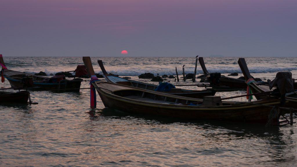 Longtail-Boote vor Koh Lanta
