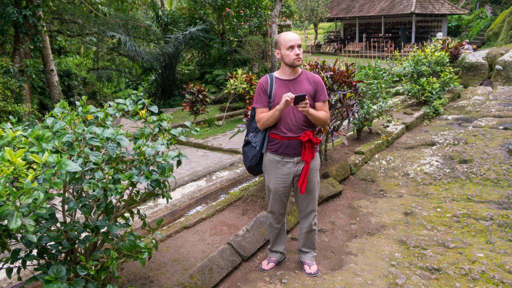Sören beim Ausrichten einer Refotografie am Pura Gunung Kawi auf Bali