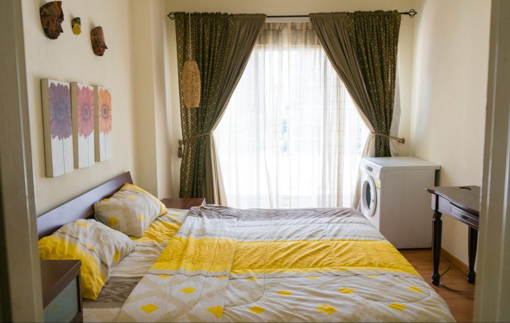 Schlafzimmer mit kleinem Balkon und Wäschetrockner