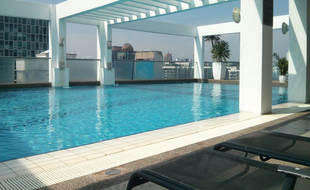 Pool mit Blick über Kuala Lumpur in der Parkview Serviced Residence