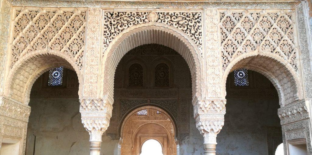 Kunstvoll verzierte Tore im Palacio de Generalife, dem Sommersitz der Alhambra