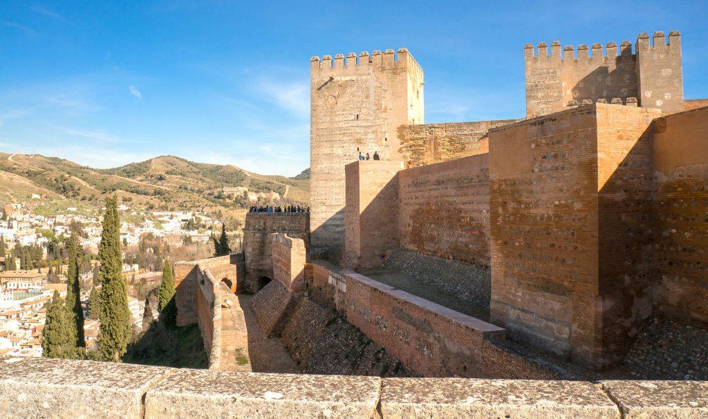 Blick auf die Außenmauern der Alhambra