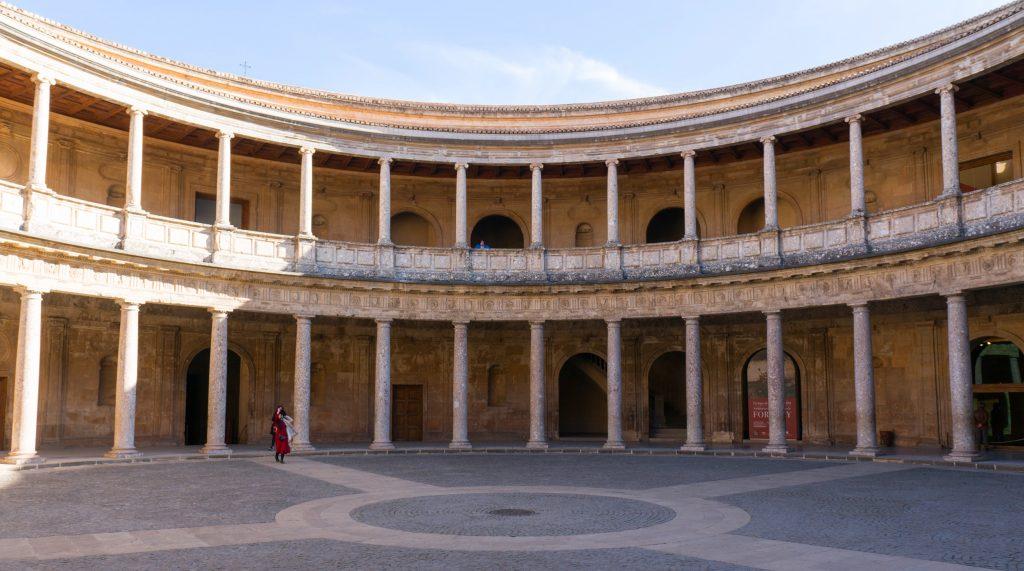 Der runde Innenhof im Palast von Karl V. in der Alhambra