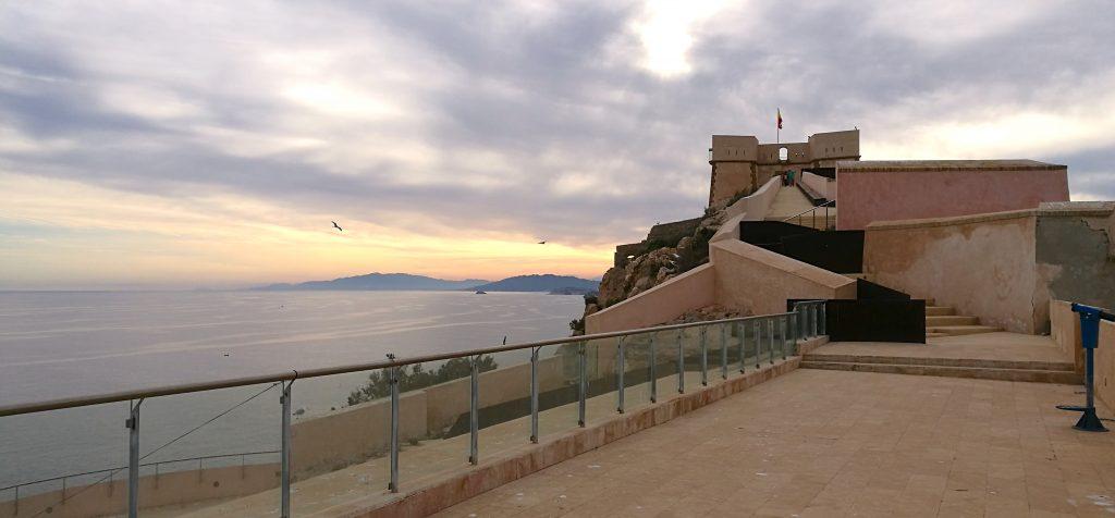 Blick von den Mauern des Castillo de San Juan auf den Sonnenuntergang im Meer