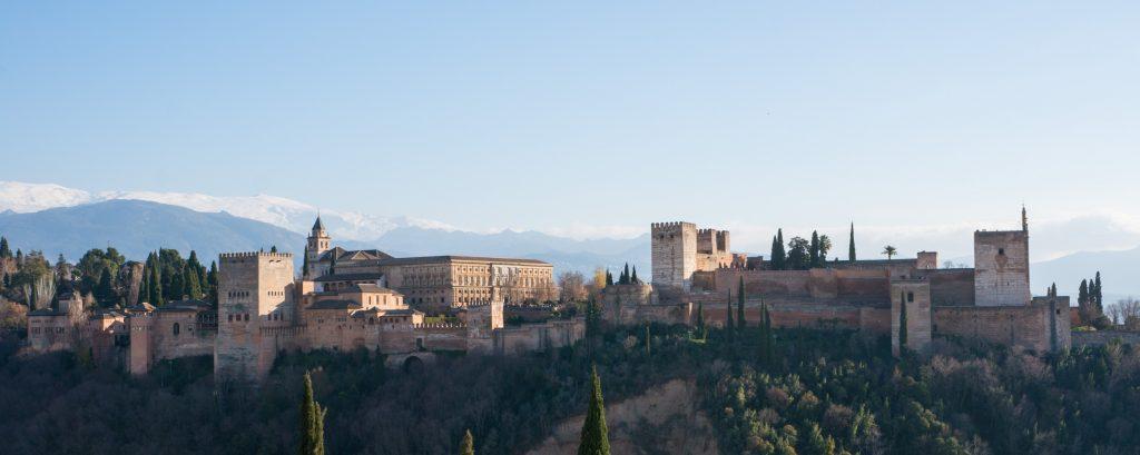 Blick auf die Alhambra und die schneebedeckte Sierra Nevada vom Mirador San Nicolas