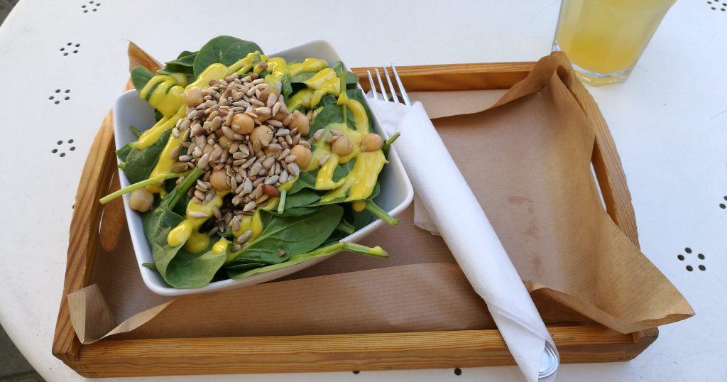 Spinat-Salat im Fit & Green gegenüber der Universität