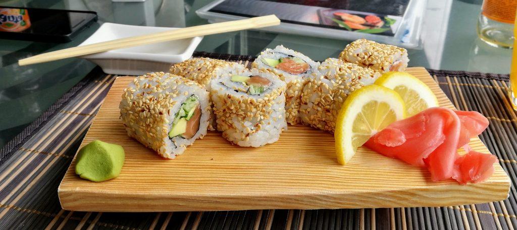 Avokado-Lachs Sushi im Yapi-Sushi Restaurant