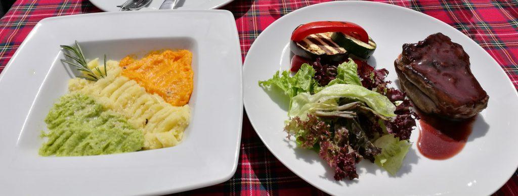 Kartoffel-, Kürbis und Brokkolipüree mit Schweinelende und gebratenem Gemüse.