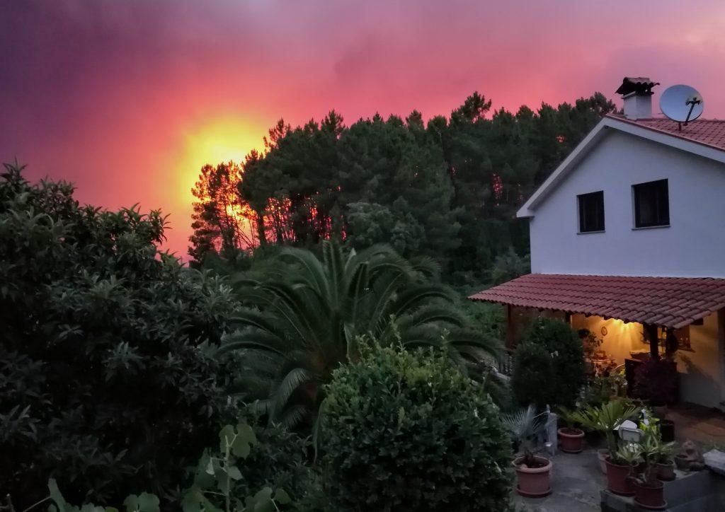 Rauch der Waldbrände hinter unserer Quinta in Pedrogao Pequeno während des Sonnenuntergangs