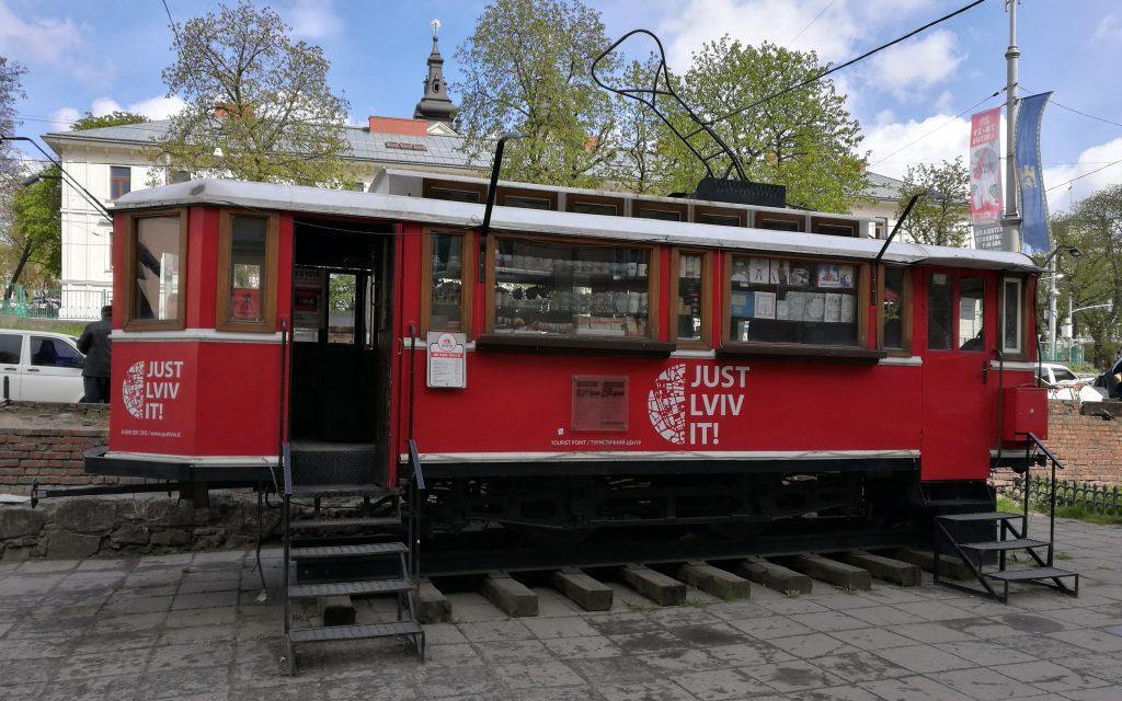 Eine umfunktionierte Straßenbahn in Lemberg