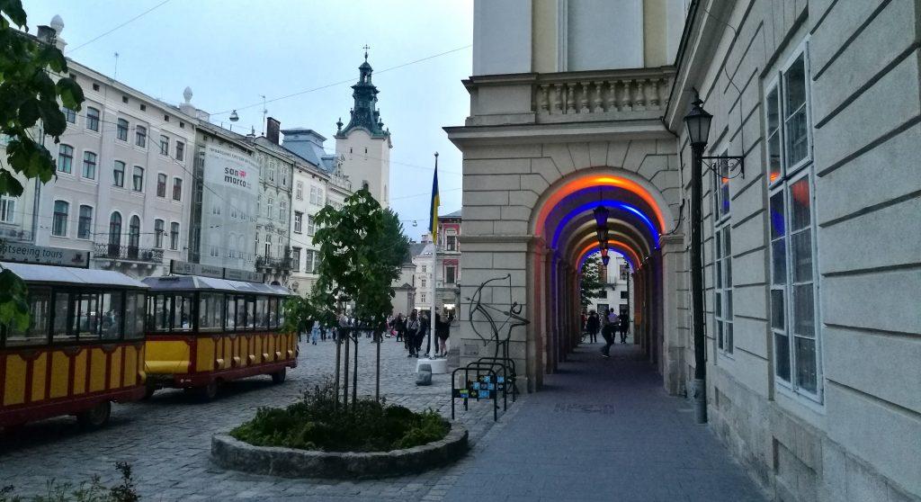 Der Eingang zum Rathaus am Rynok Square