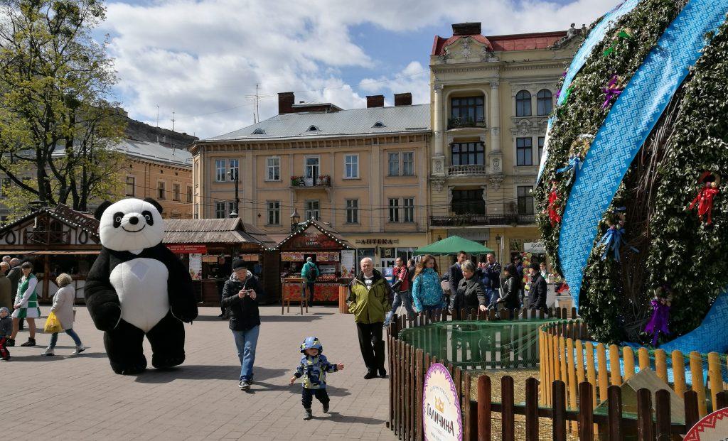 Großer Ostermarkt auf der Freiheitspromenade in Lemberg