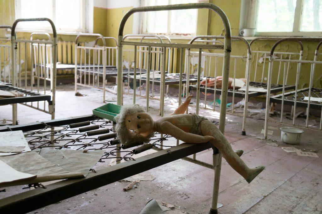 Eine fotogen platzierte Puppe im alten Kindergarten in Tschernobyl