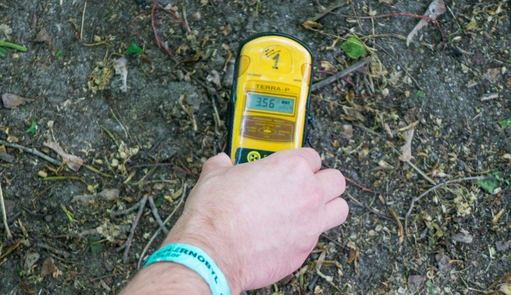 Mit einem geliehenen Geigerzähler macht das Erkunden in Tschernobyl extra Spaß.