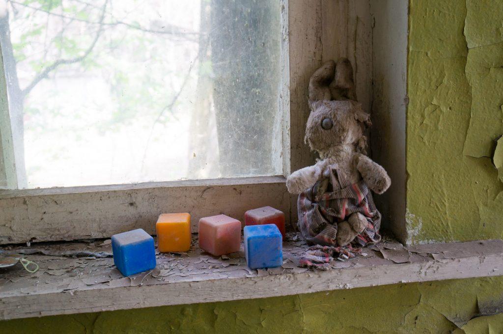 Ein kleiner Hase auf einer Fensterbank