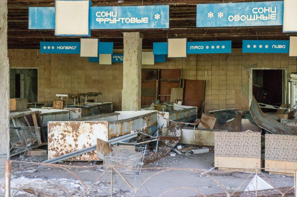Ein verfallener Supermarkt in Prypjat